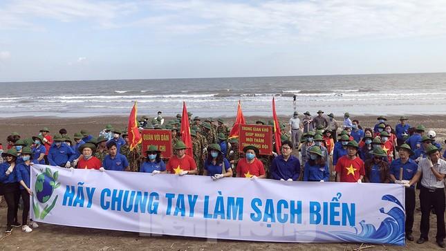 Chung tay làm sạch bãi biển Đồ Sơn, trao tặng khu vui chơi thiếu nhi ảnh 3