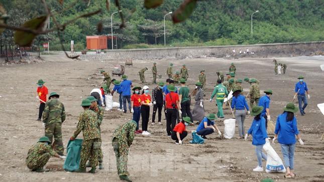 Chung tay làm sạch bãi biển Đồ Sơn, trao tặng khu vui chơi thiếu nhi ảnh 5