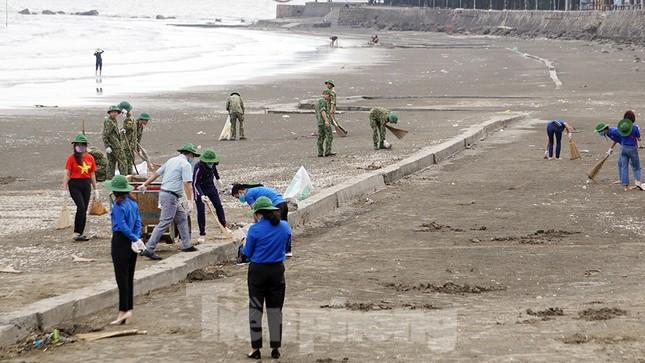 Chung tay làm sạch bãi biển Đồ Sơn, trao tặng khu vui chơi thiếu nhi ảnh 6