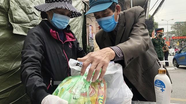 Tiếp tế thực phẩm cho người cách ly tại Bệnh viện Trẻ em Hải Phòng ảnh 5