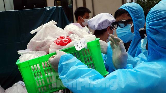 TP Hải Phòng tiếp tế gần 8 tấn gạo, thịt cho người dân khu phong tỏa ảnh 8