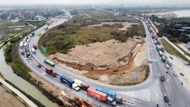 Xe tải, container nối đuôi hàng km trên cao tốc Hà Nội - Hải Phòng chờ khai báo y tế ảnh 10