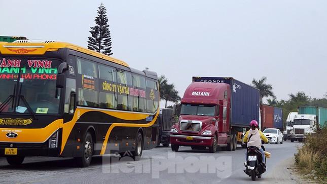 Xe tải, container nối đuôi hàng km trên cao tốc Hà Nội - Hải Phòng chờ khai báo y tế ảnh 11