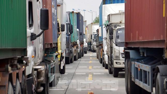 Xe tải, container nối đuôi hàng km trên cao tốc Hà Nội - Hải Phòng chờ khai báo y tế ảnh 8