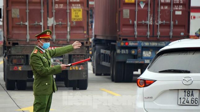 Xe tải, container nối đuôi hàng km trên cao tốc Hà Nội - Hải Phòng chờ khai báo y tế ảnh 7