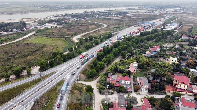 Xe tải, container nối đuôi hàng km trên cao tốc Hà Nội - Hải Phòng chờ khai báo y tế ảnh 3