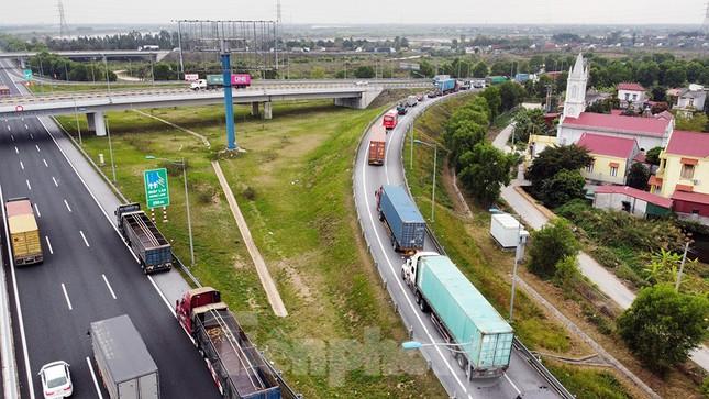 Xe tải, container nối đuôi hàng km trên cao tốc Hà Nội - Hải Phòng chờ khai báo y tế ảnh 4