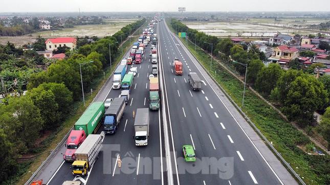 Xe tải, container nối đuôi hàng km trên cao tốc Hà Nội - Hải Phòng chờ khai báo y tế ảnh 2
