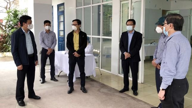 Bí thư Hải Dương thị sát nơi tiêm lượt vắc-xin ngừa COVID-19 đầu tiên ảnh 1