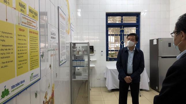 Bí thư Hải Dương thị sát nơi tiêm lượt vắc-xin ngừa COVID-19 đầu tiên ảnh 2