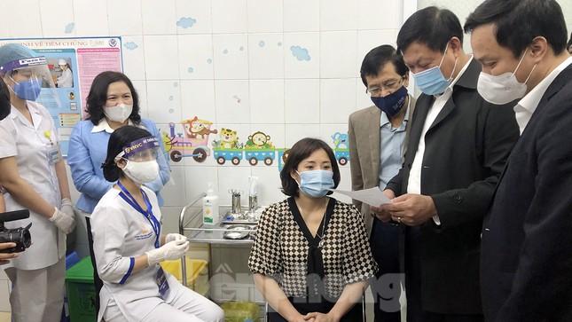 Cận cảnh những mũi tiêm vắc xin COVID-19 đầu tiên ở 'điểm nóng' Hải Dương ảnh 1