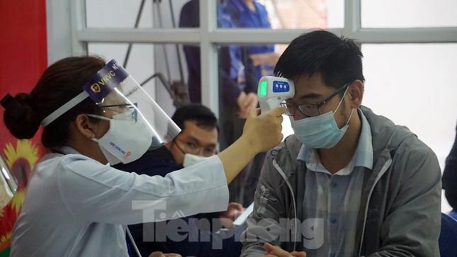 Cận cảnh những mũi tiêm vắc xin COVID-19 đầu tiên ở 'điểm nóng' Hải Dương ảnh 2