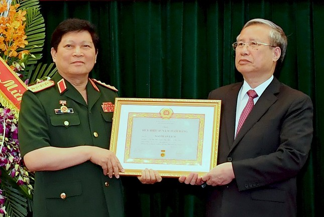 Trao Huy hiệu Đảng cho 2 Đại tướng Quân đội ảnh 2