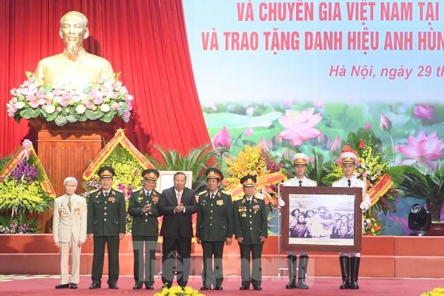 Trao tặng danh hiệu Anh hùng cho Quân tình nguyện và Chuyên gia Việt Nam tại Lào ảnh 2