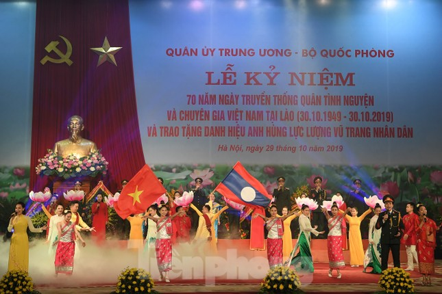 Trao tặng danh hiệu Anh hùng cho Quân tình nguyện và Chuyên gia Việt Nam tại Lào ảnh 9