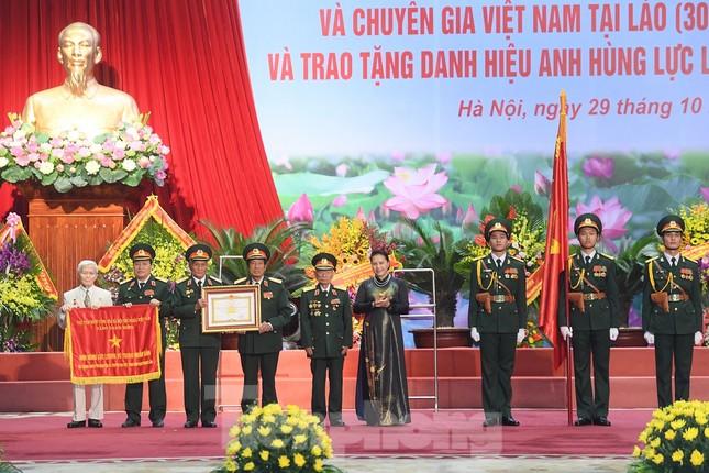 Trao tặng danh hiệu Anh hùng cho Quân tình nguyện và Chuyên gia Việt Nam tại Lào ảnh 1