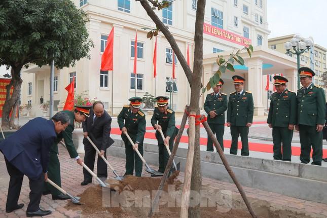 Thủ tướng Nguyễn Xuân Phúc thăm bộ đội Tăng - Thiết giáp ảnh 1