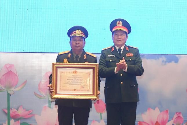 Trao tặng Huân chương cho tập thể, cá nhân Quân đội hai nước Việt - Lào ảnh 1