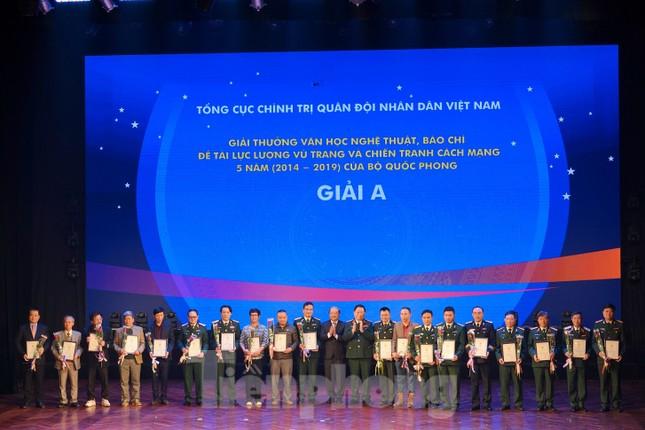 Bộ Quốc phòng trao tặng giải thưởng văn học, nghệ thuật, báo chí 5 năm ảnh 1