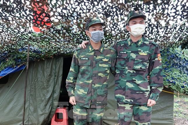 259 học viên Biên phòng lên biên giới dầm mưa chống đại dịch ảnh 5
