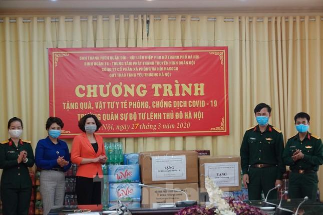Ban Thanh niên Quân đội trao quà chống dịch ở khu cách ly COVID-19 ảnh 2