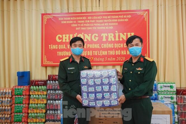 Ban Thanh niên Quân đội trao quà chống dịch ở khu cách ly COVID-19 ảnh 1