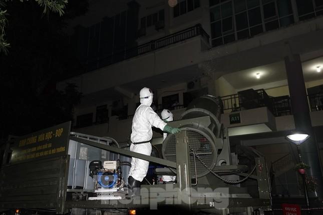 Theo đoàn xe Binh chủng Hóa học khử khuẩn, tiêu độc ổ dịch COVID-19 ở Bệnh viện Bạch Mai ảnh 14