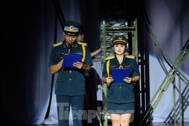 Nữ thượng úy Phòng không - Không quân hát 'COVID-19 đi đu đưa đi parody' ảnh 2