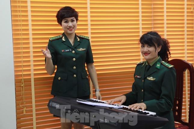 Nữ thiếu tá viết ca khúc về người lính chống dịch COVID-19 trên biên thùy ảnh 2