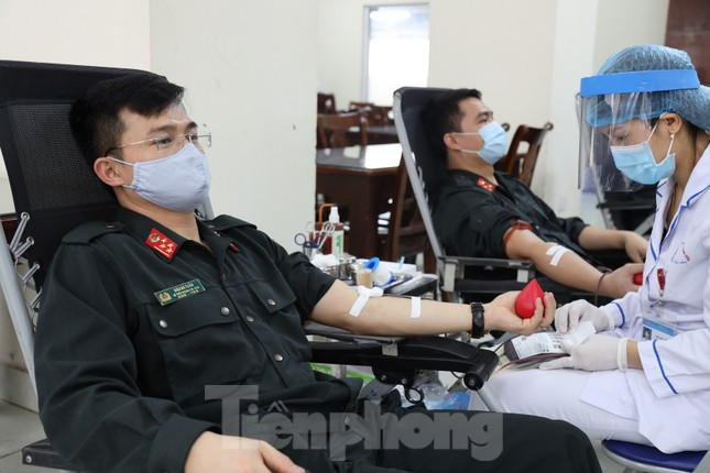 Tư lệnh và đoàn viên Cảnh sát cơ động hiến máu tình nguyện ảnh 1