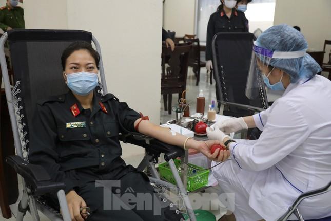 Tư lệnh và đoàn viên Cảnh sát cơ động hiến máu tình nguyện ảnh 5