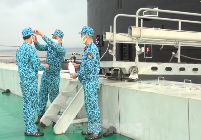 Thủy thủ tàu ngầm 189 trình diễn 'Việt Nam ơi! Đánh bay COVID' ảnh 1