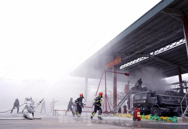 Quân đội và thành phố Cam Ranh diễn tập chữa cháy tại Kho Ba Ngòi ảnh 6
