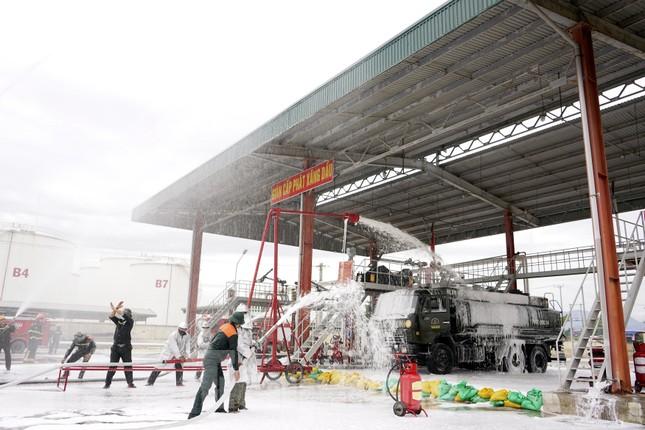 Quân đội và thành phố Cam Ranh diễn tập chữa cháy tại Kho Ba Ngòi ảnh 7