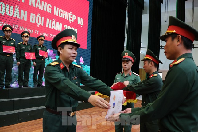 Trao chứng nhận cho 86 cán bộ Đoàn, cán bộ đảm nhiệm công tác thanh niên ảnh 2