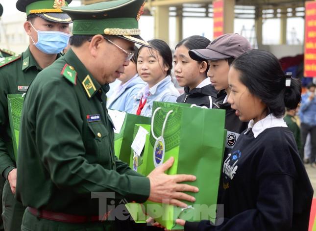 Tặng 16 nghìn cờ Tổ quốc, 5 nghìn ảnh Bác Hồ cho ngư dân Phú Yên ảnh 1