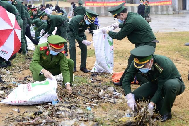 Tặng 16 nghìn cờ Tổ quốc, 5 nghìn ảnh Bác Hồ cho ngư dân Phú Yên ảnh 2