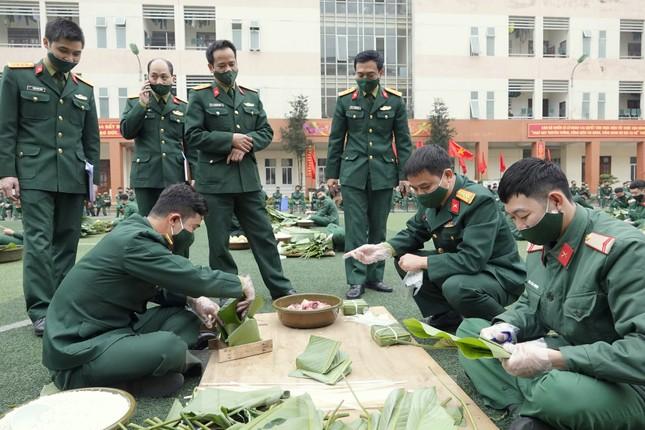 Đoàn viên Lữ đoàn cận vệ thép thi gói bánh chưng Tết ảnh 2