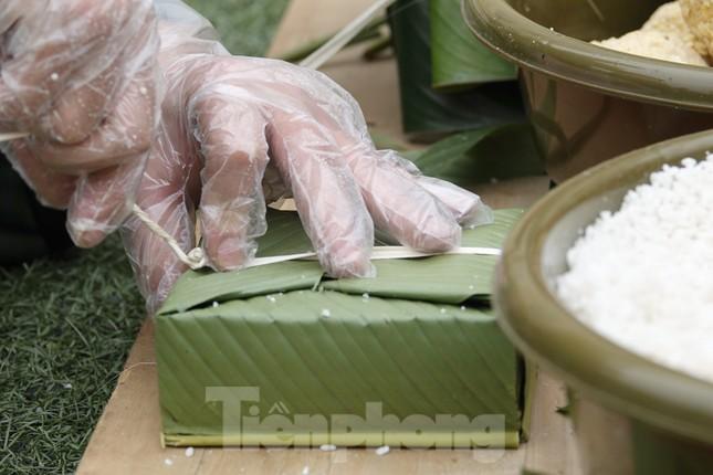 Đoàn viên Lữ đoàn cận vệ thép thi gói bánh chưng Tết ảnh 4