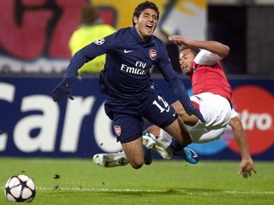 Arsenal đánh rơi chiến thắngở phút cuối ảnh 1