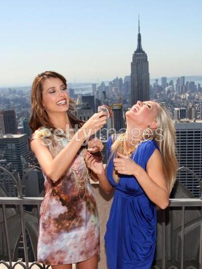Tân Hoa hậu Hoàn vũ và Hoa hậu Mỹ tinh nghịch ảnh 6
