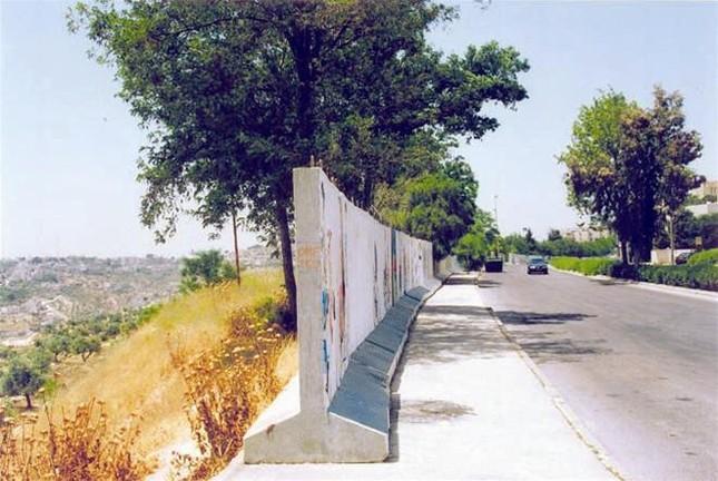Bức tường an ninh tai tiếng - những điều mắt thấy tai nghe ảnh 1