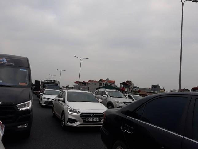 Ùn tắc kéo dài trước trạm thu phí cao tốc Pháp Vân - Cầu Giẽ ảnh 1