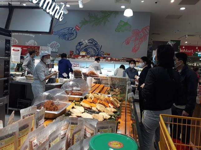 Dồi dào lương thực, thực phẩm ở siêu thị trước giờ cách ly toàn xã hội ảnh 3