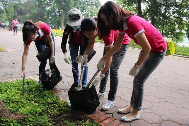AEON Mall Long Biên tổ chức nhặt rác quanh Hồ Gươm ảnh 1
