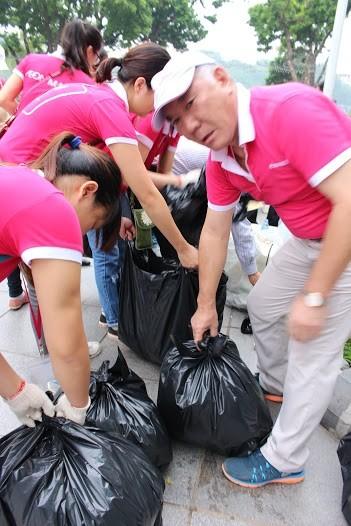 AEON Mall Long Biên tổ chức nhặt rác quanh Hồ Gươm ảnh 2