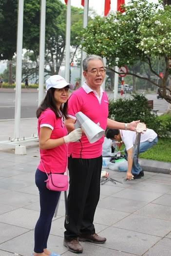 AEON Mall Long Biên tổ chức nhặt rác quanh Hồ Gươm ảnh 3