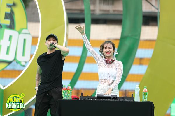 """Sơn Tùng M-TP nhận món quà bất ngờ trên sân khấu """"Mùa hè không độ"""" ảnh 9"""