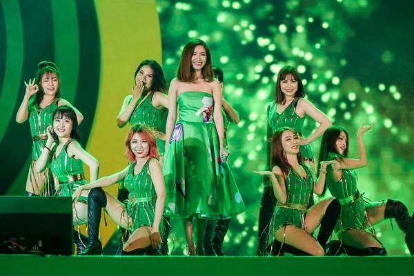 """Sơn Tùng M-TP nhận món quà bất ngờ trên sân khấu """"Mùa hè không độ"""" ảnh 10"""