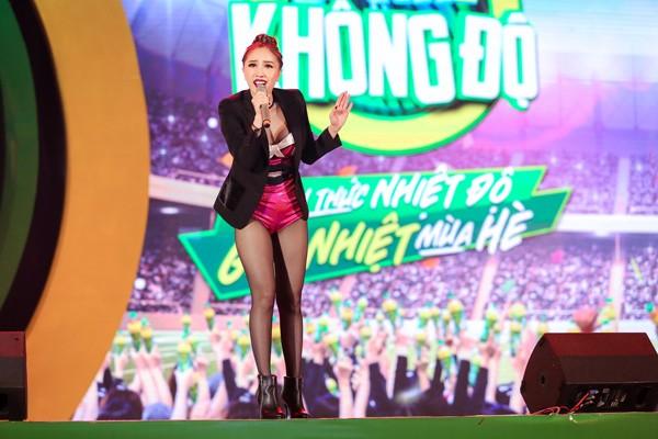 """Sơn Tùng M-TP nhận món quà bất ngờ trên sân khấu """"Mùa hè không độ"""" ảnh 11"""